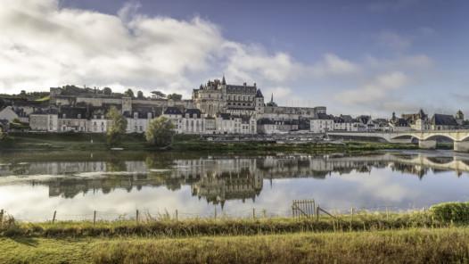 Blick auf das königliche Schloss von Amboise vom Nordufer der Loire © FSL 2020 Mark Playle