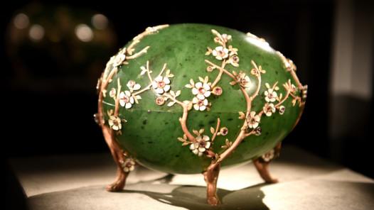 """Schatzkammer Liechtenstein: """"Apfelblüten-Ei"""" von Fabergé. Gold, Diamanten, Nephrit, Email. St. Petersburg, 1901. Meister Michail Jewlampijewitsch Perchin. © Liechtensteinisches Landesmuseum, Foto Sven Beham"""
