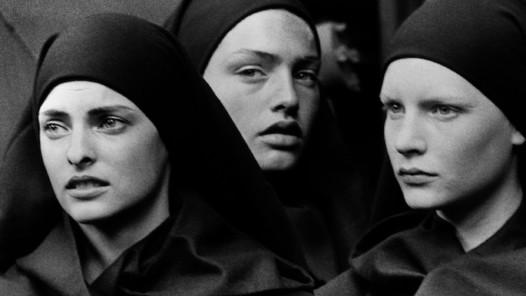 Peter Lindbergh (1944–2019), Linda Evangelista, Michaela Bercu & Kirsten Owen, Pont-à-Mousson, 1988, © Peter Lindbergh (courtesy Peter Lindbergh, Paris)