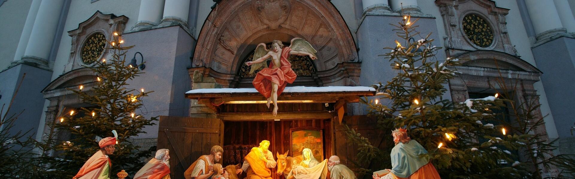 Krippe vor Basilika, Foto Heiner Heine
